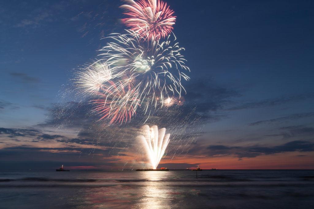 Feux d'artifice du Nouvel An sur la plage de Scheveningen, à La Haye
